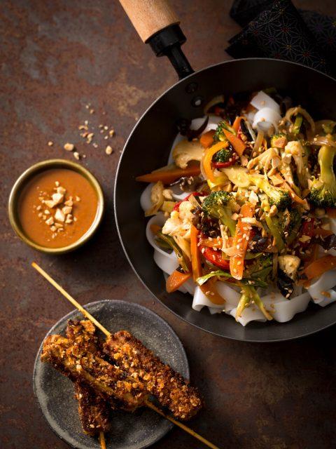 Brochettes de Tofu Mariné et Pané, Wok de Nouilles de Riz, Légumes Shop Suey, Sauce Satay sésame et cacahuètes pilées